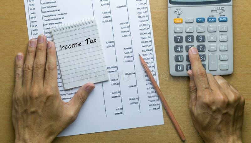 Hombre que planea impuesto sobre la renta mensual foto de archivo libre de regalías