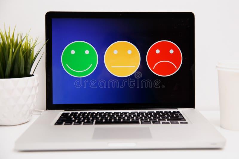 Hombre que pone en el grado sonriente excelente para una encuesta sobre la satisfacción, experiencia de la cara del cliente fotografía de archivo