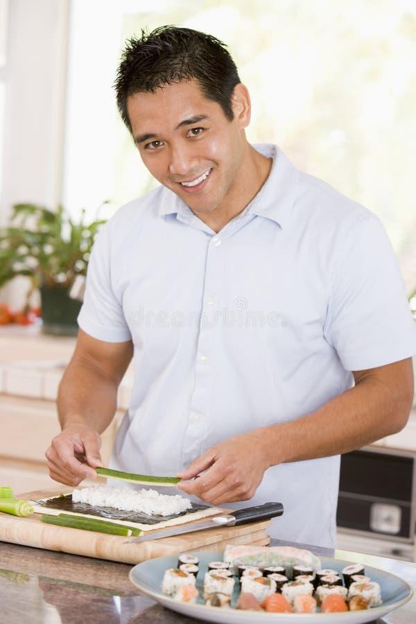 Hombre que prepara el sushi fotos de archivo