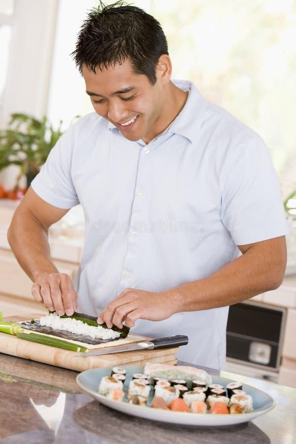 Hombre que prepara el sushi imagen de archivo libre de regalías