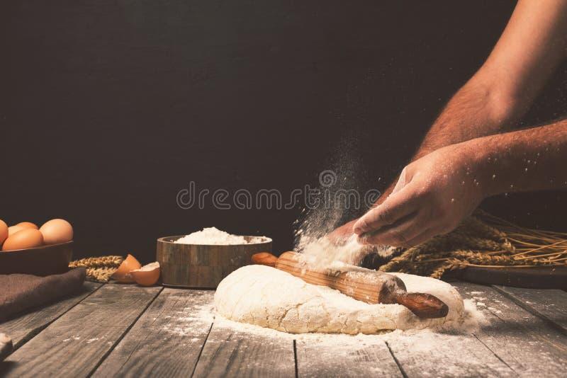 Hombre que prepara la pasta de pan fotografía de archivo