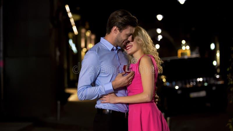 Hombre que prepara sorpresa a su amante rubio, haciendo su oferta para conseguir casada imagen de archivo