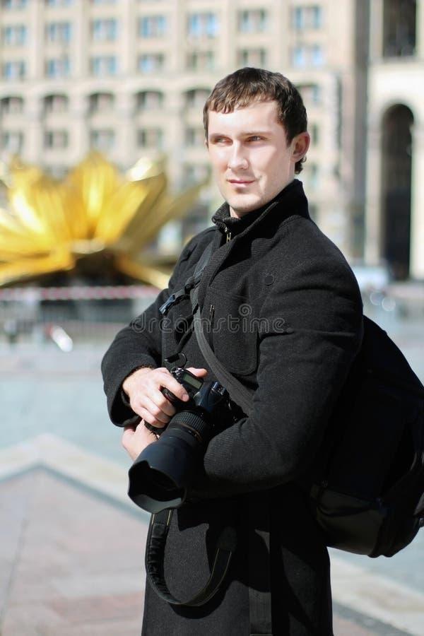 Hombre que presenta con la cámara imágenes de archivo libres de regalías
