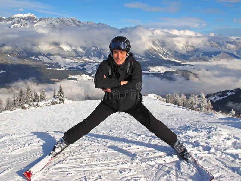 Hombre que presenta en cuesta del esquí fotografía de archivo libre de regalías