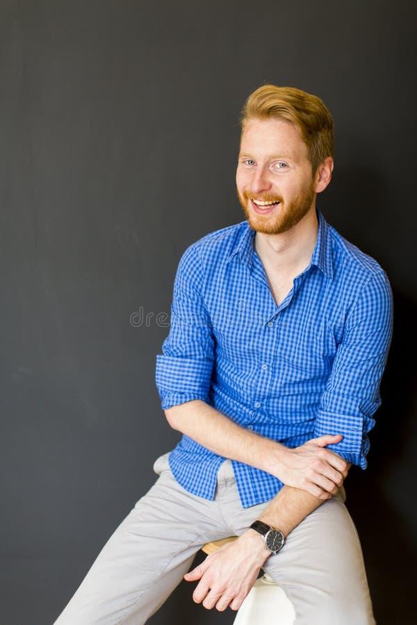 Hombre que presenta en la silla imagen de archivo