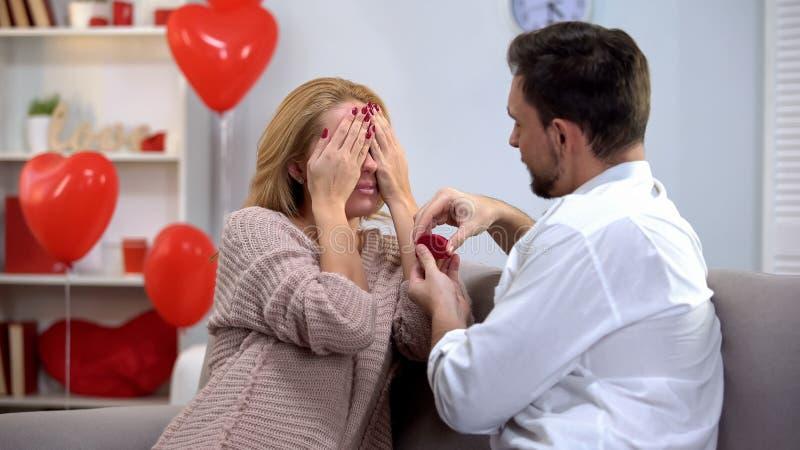 Hombre que presenta a la señora querida con el anillo precioso de los ojos cerrados, matrimonio de la oferta fotos de archivo