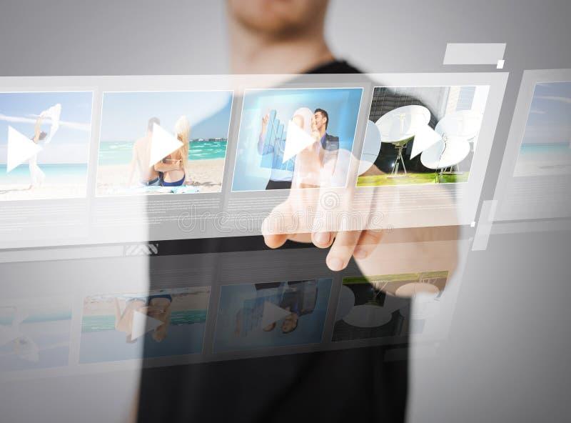 Hombre que presiona el botón en la pantalla virtual fotografía de archivo