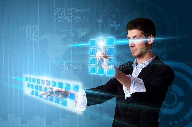 Hombre que presiona los botones de la pantalla táctil en azul