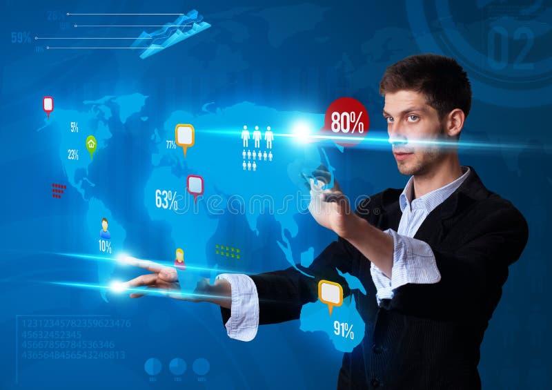 Hombre que presiona los botones modernos de la pantalla táctil foto de archivo libre de regalías