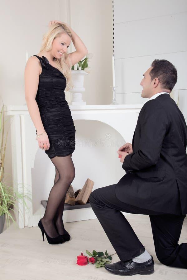 Hombre que propone el arrodillamiento en el piso fotografía de archivo libre de regalías