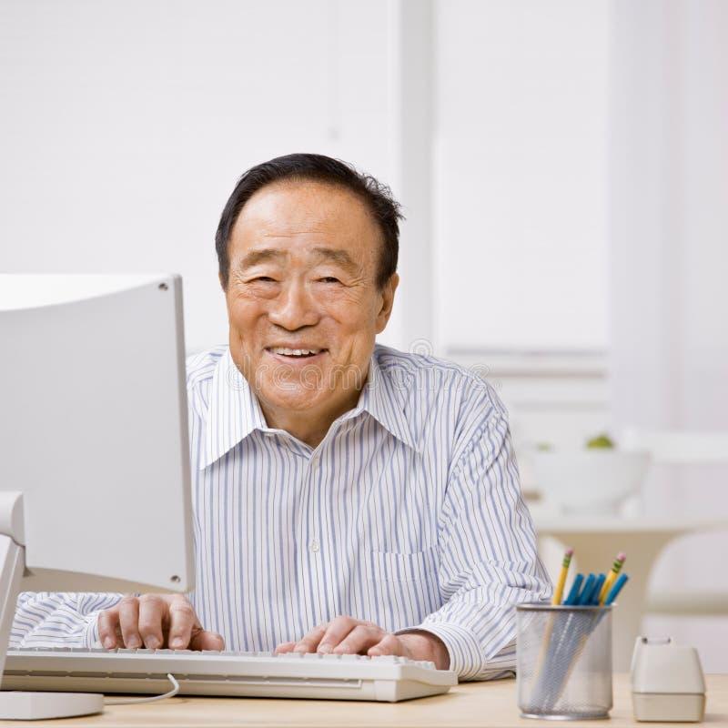 Hombre que pulsa en el ordenador fotos de archivo libres de regalías