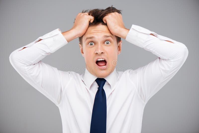 Hombre que rasga su pelo imagen de archivo libre de regalías