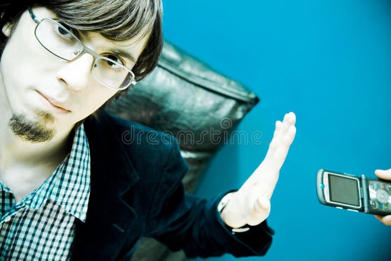 Hombre que rechaza el teléfono celular imagen de archivo libre de regalías