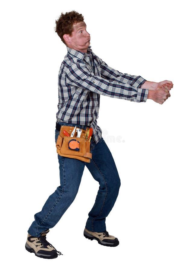 Hombre que recibe descarga eléctrica fotografía de archivo libre de regalías