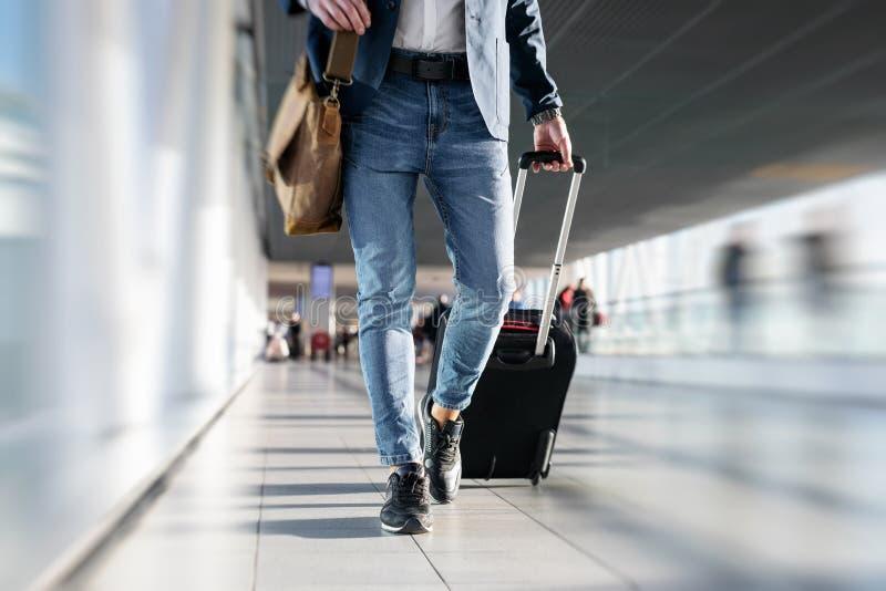 Hombre que recorre en aeropuerto imagenes de archivo