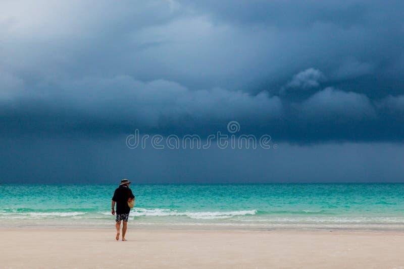 Hombre que recorre en la playa imagen de archivo libre de regalías