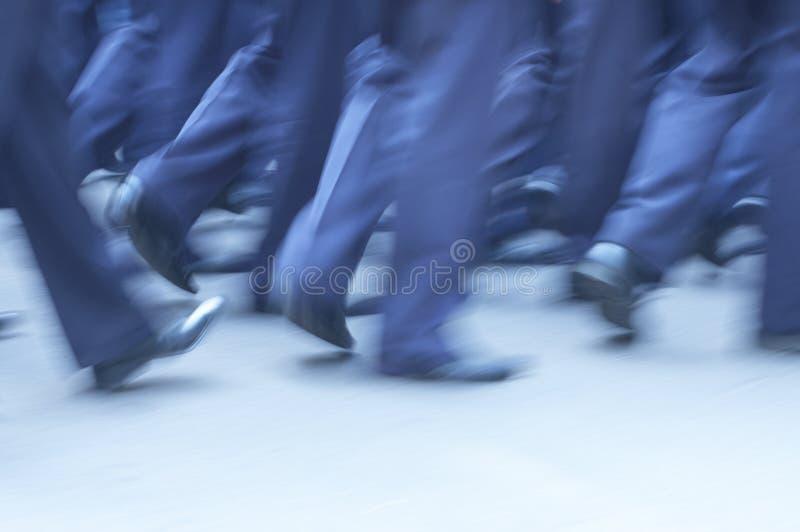 Hombre que recorre a través de la calle fotografía de archivo libre de regalías