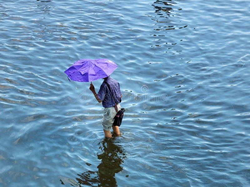 Hombre que recorre a través del agua fotos de archivo