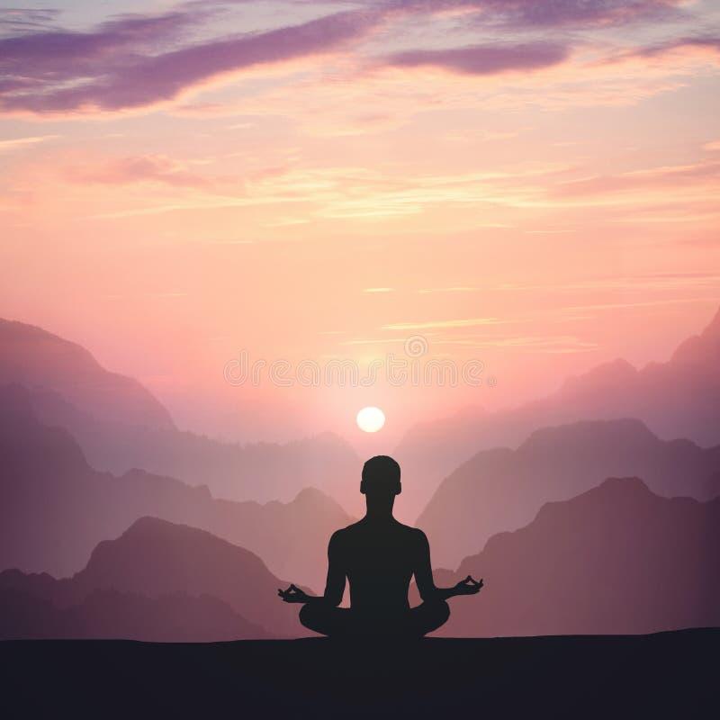 Hombre que reflexiona sobre la alta montaña en fondo de la puesta del sol imágenes de archivo libres de regalías
