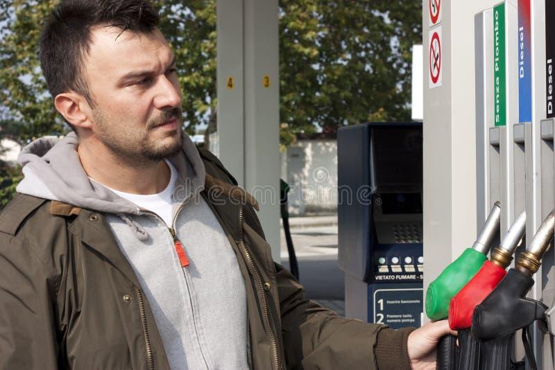 Hombre que rellena el coche fotografía de archivo libre de regalías