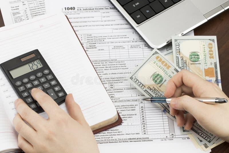 Hombre que rellena el impreso de impuesto de los E.E.U.U. forma de impuesto nosotros mano de la oficina de la renta de empresas foto de archivo libre de regalías