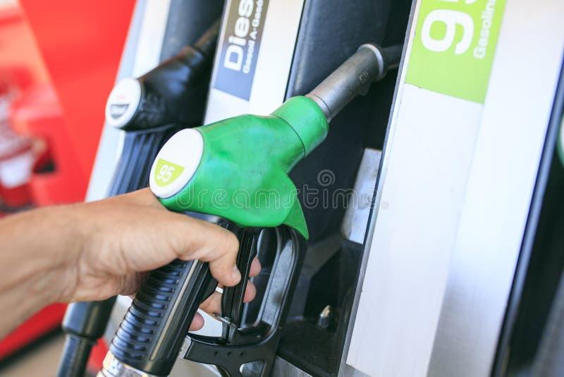 Hombre que rellena su coche de la gasolina imagen de archivo