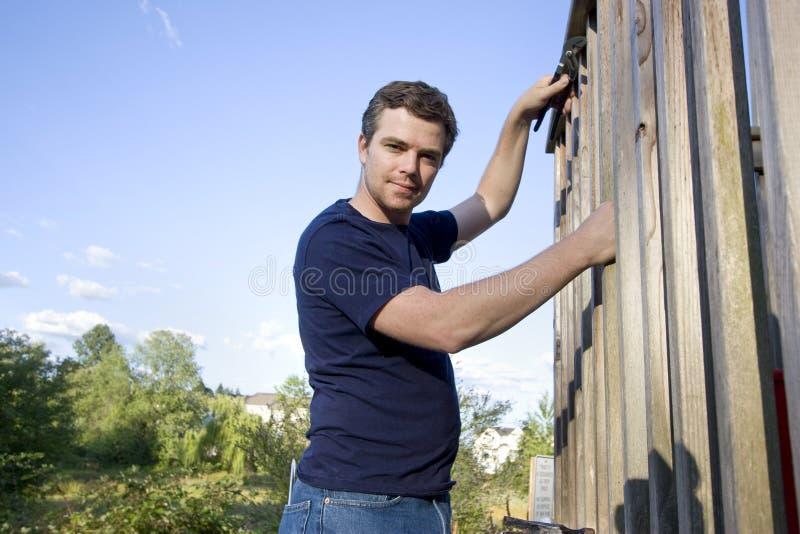 Hombre que repara el apartadero - horizontal fotos de archivo libres de regalías