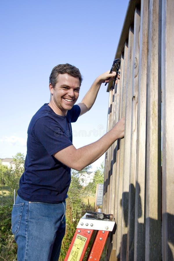 Hombre que repara el apartadero - vertical fotos de archivo libres de regalías