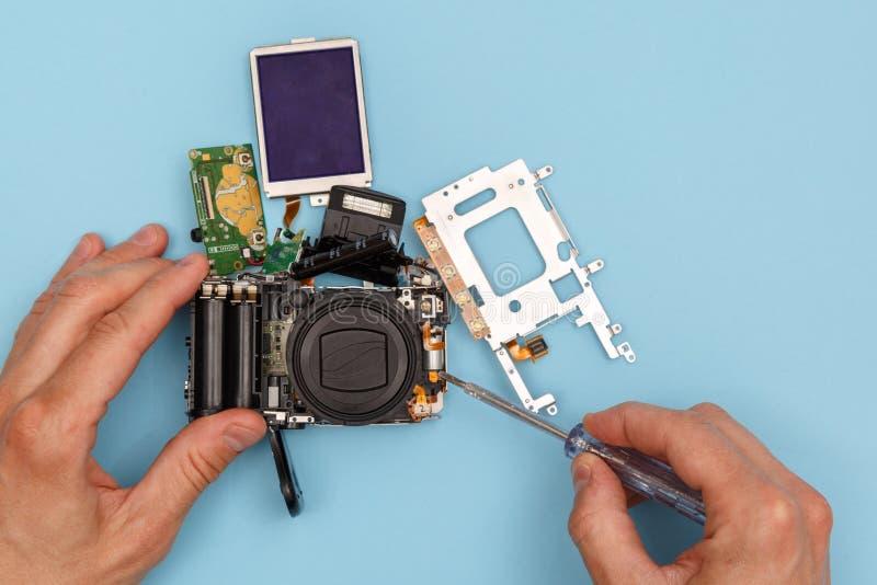 Hombre que repara una cámara fotos de archivo libres de regalías