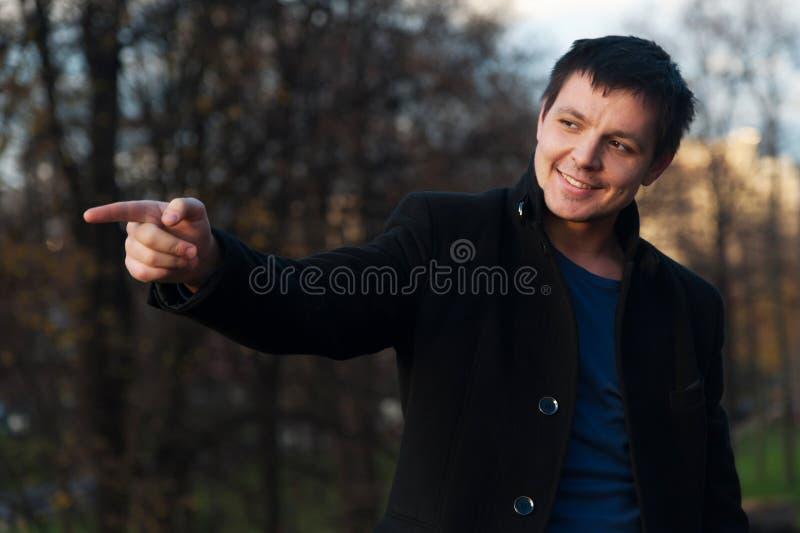 Hombre que señala en algo en el parque fotografía de archivo libre de regalías