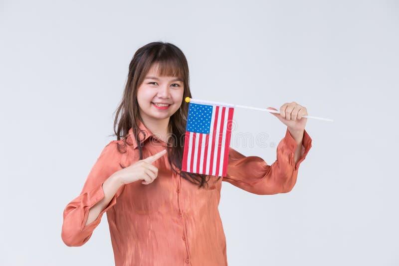 Hombre que señala a la bandera americana imagenes de archivo