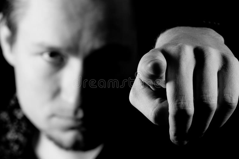 Hombre que señala su dedo en usted fotos de archivo