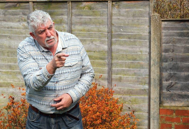 Hombre que señala su finger y enojado mayores. imagenes de archivo