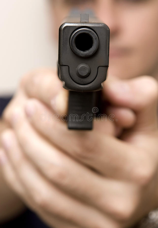 Hombre que señala un arma. imagenes de archivo