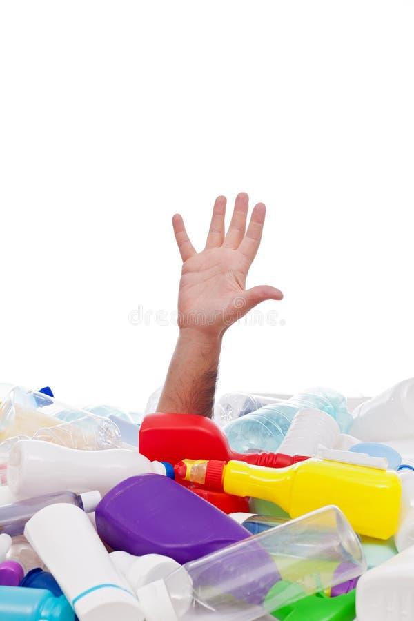 Hombre que se ahoga en pila plástica de los beneficiarios foto de archivo libre de regalías