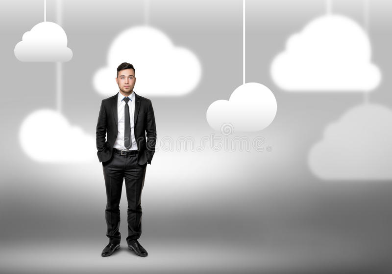 Hombre que se coloca en fondo borroso con las nubes fotografía de archivo libre de regalías