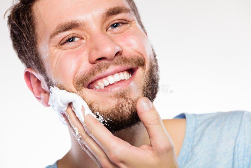 Hombre que se prepara para afeitar foto de archivo