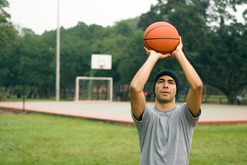 Hombre que se prepara para tirar el baloncesto - horizontal imagen de archivo