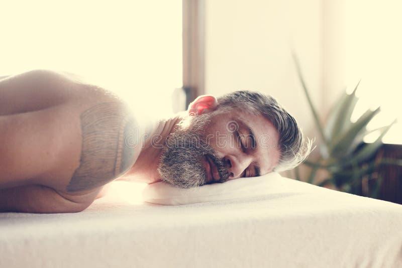 Hombre que se relaja con un tratamiento del balneario foto de archivo libre de regalías