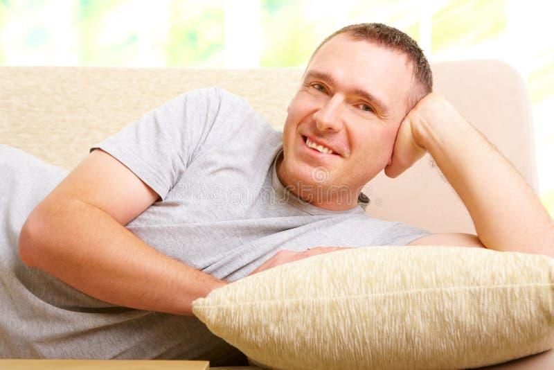 Hombre que se relaja en el sofá fotografía de archivo libre de regalías