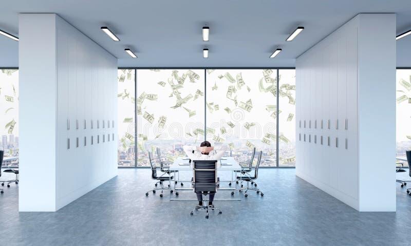 Hombre que se relaja en la mesa de reuniones imagen de archivo libre de regalías