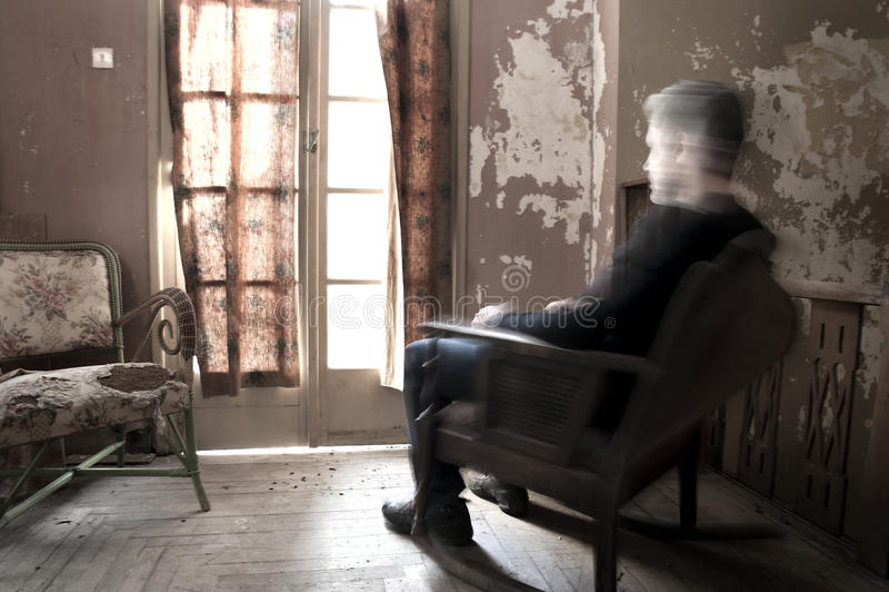 Hombre que se sienta en mecedora fotos de archivo