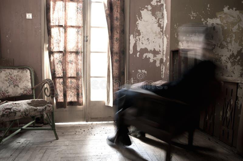 Hombre que se sienta en mecedora foto de archivo libre de regalías