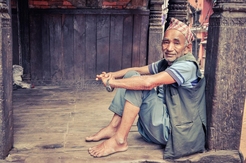 Hombre que se sienta en Nepal imagenes de archivo