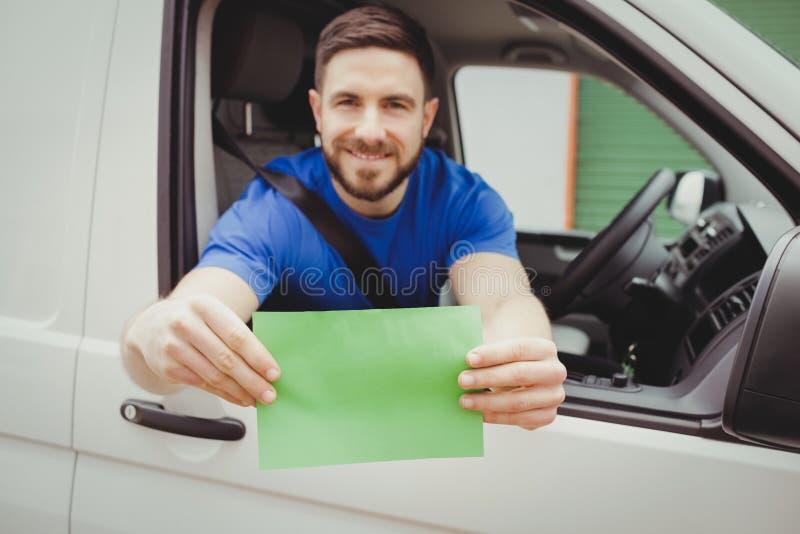 Hombre que se sienta en su furgoneta imagen de archivo