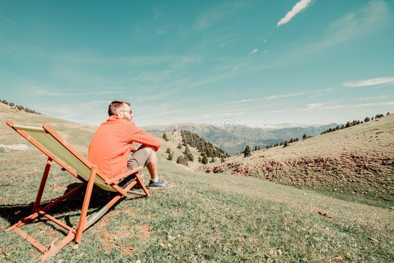 hombre que se sienta en una hamaca verde fotos de archivo libres de regalías