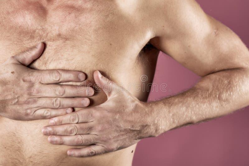 Hombre que se sostiene el pecho con ambas manos, teniendo el ataque del corazón o calambres dolorosos, presionando en pecho con l imágenes de archivo libres de regalías
