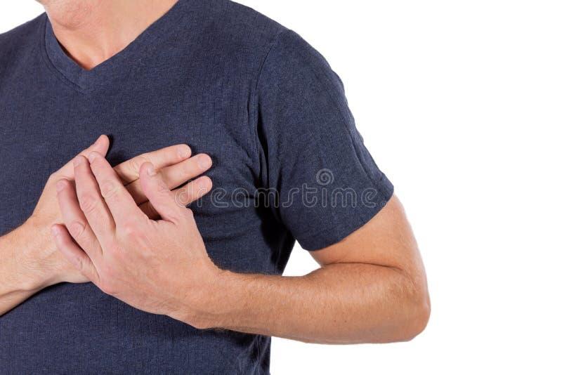 Hombre que se sostiene el pecho con las manos, teniendo el ataque del corazón o calambres dolorosos, avanzando en pecho con la ex imagenes de archivo