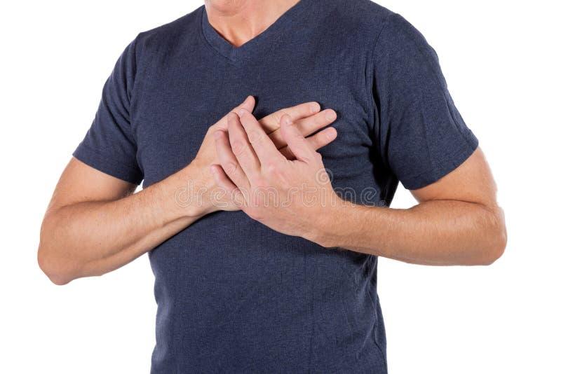 Hombre que se sostiene el pecho con las manos, teniendo el ataque del corazón o calambres dolorosos, presionando en pecho con la  fotografía de archivo libre de regalías