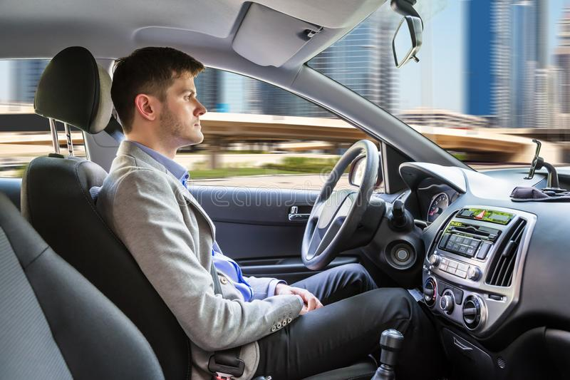 Hombre que sienta el coche autónomo fotografía de archivo